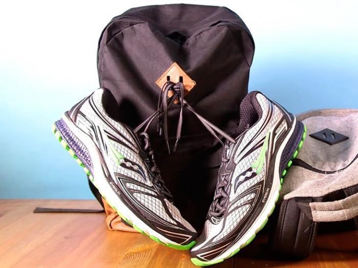 подвешенная обувь на рюкзаке